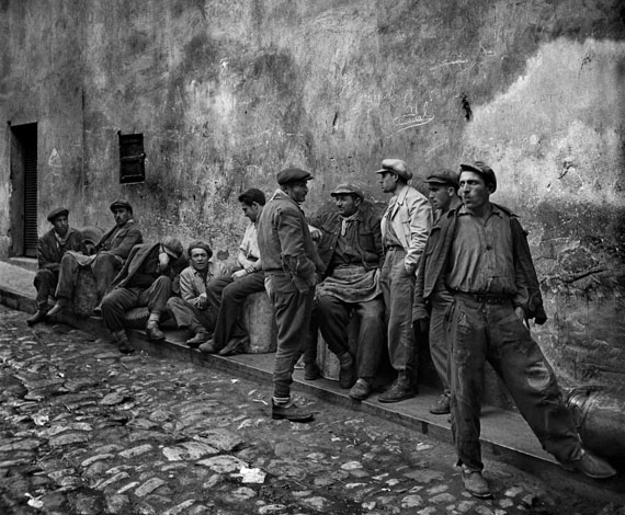 Porters waiting for a job at the oil dock, Istanbul, 1954 © Ara Güler