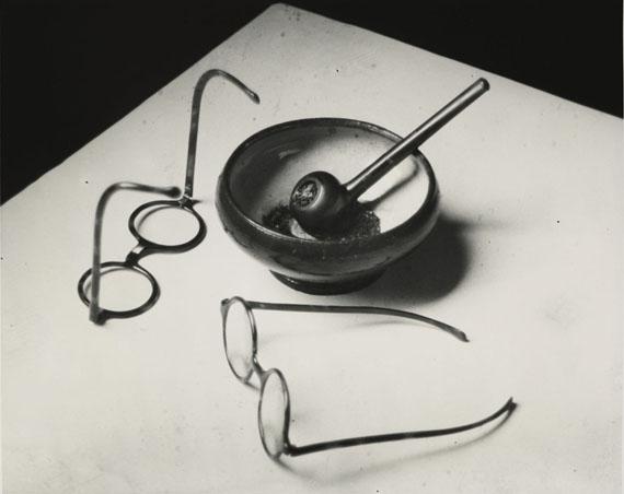 André KERTESZLES LUNETTES ET LA PIPE DE MONDRIAN, PARIS, 1926GELATIN SILVER PRINT CIRCA 1960-1970;20,20 × 25,20 cm for the sheet (7,95 × 9,92 in.)19,70 × 24,50 cm for the image (7,75 × 9,64 in.)Estimate: 10 000-15 000€