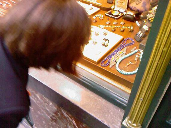 Jeff WallShop Window, Brussels, no.2, 2009Impression jet d'encre sur HahnemühleBela édition48.2 x 33 cmÉd. 50 + 12 EA, signée et numérotéeCourtesy Centre de la photographie
