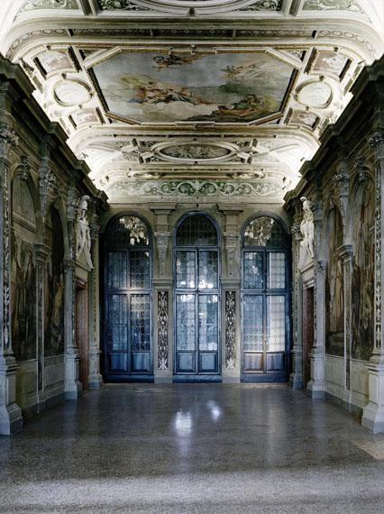 Axel Hütte: CA' CORNER DELLA REGINA-1, Italy, 2012Inkjetprint auf Glas auf poliertem Edelstahl, 210 X 160 cm, Ed. 4Courtesy: Galerie Nikolaus Ruzicska