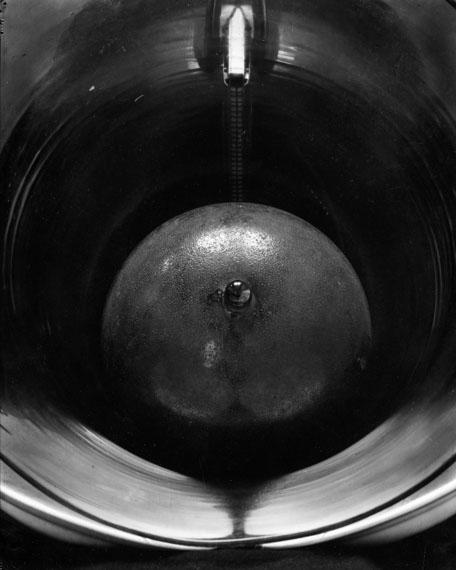 Edward Steichen. HARMONICA RIDDLE, FRANCE. Um 1921. Silbergelatineabzug, vor 1963. 24 x 19,3 cm
