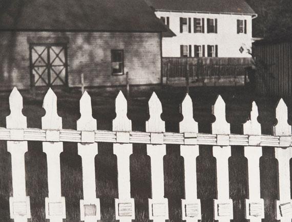 Paul StrandWhite Fence, Port Kent, New York (weisser Zaun), 1916Silbergelatine-Abzug, 24.5 × 32.5 cm Philadelphia Museum of Art, The Paul Strand Retrospective Collection© Estate of Paul Strand