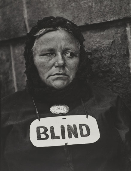 Paul Strand Blind Woman, New York, 1916Gelatin-silver print, 32.4 × 24.8 cmColecciones FUNDACIÓN MAPFRE© Estate of Paul Strand