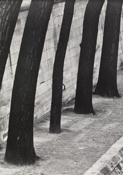 Otto Steinert: Skizzen aus Paris 3, 1948/49, Vintage gelatin silver print, 29,3 x 20,6 cm. Sold for USD 12,300