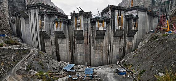 Xiluodu Dam #5, Yangtze River, Yunnan Province, China, 2011111,8 x 242,3 cm© Edward Burtynsky, courtesy Galerie Springer Berlin