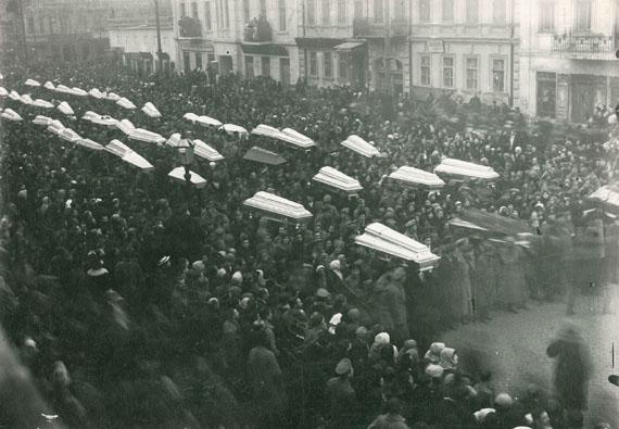 Photographe anonyme Enterrements des victimes à Odessa, février 1918Tirage argentique d'époque12x17cm