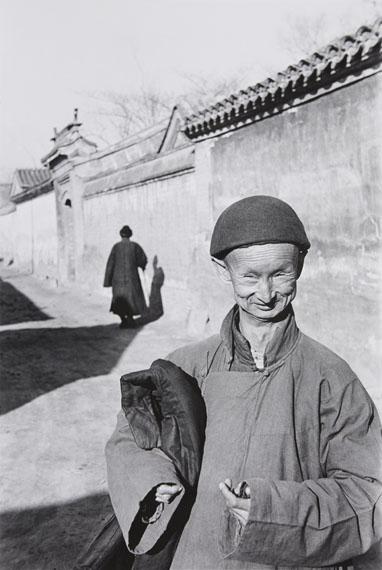 Henri Cartier-Bresson, Un eunuch de la Cour Impérial de la dernière dynastie, Beijing, Chine, 1948.Gelatin silver print, printed later. 57,5 x 38,8 cm (60,3 x 43,8 cm). Estimate € 9.000 – 12.000 Späterer Gelatinesilberabzug. 37,5 x 38,8 cm (60,3 x 43,8 cm). Schätzpreis € 9.000 – 12.000