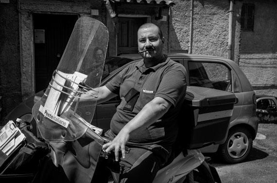 Der Postbote in Olevano Romano, Juni 2014, 37 x 24,8 cm © Ulrich Weichert