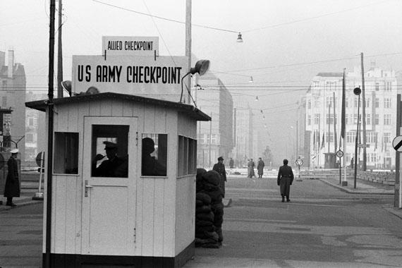 © Jürgen Schadeberg, Checkpoint Charlie, Berlin 1961