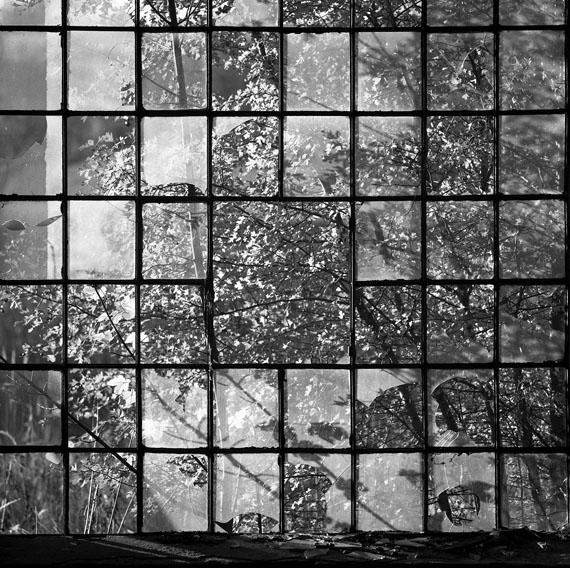 Rainer KönigWiesenburg/Mark, Fenster im Sägewerk (Window in a Saw Mill) 2001 Silbergelatinepapier, 23,7 × 23,3 cm © Rainer König / Courtesy Collection Regard Berlin