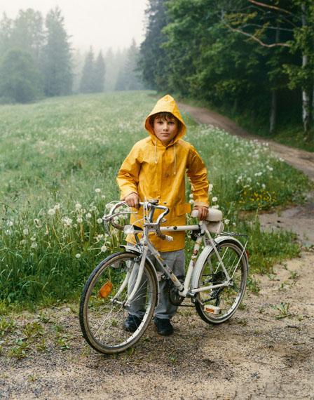 Bernhard Fuchs: Junge mit seinem Fahrrad, Vorderweissenbach, 1995