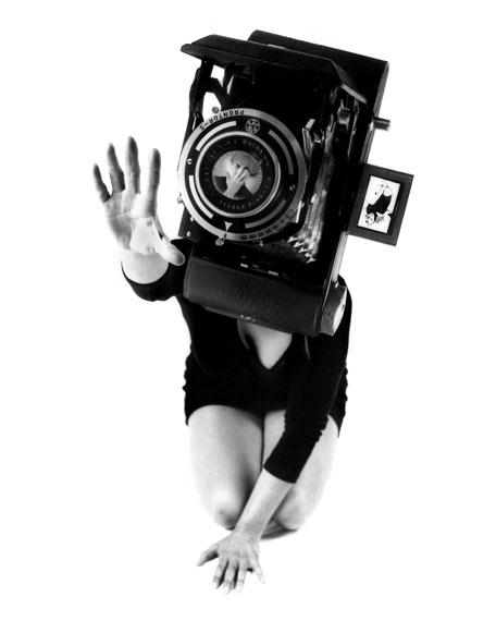 Lynn Hershman Leeson: Reach aus der Serie Phantom Limb, 1987 Silbergelatineabzug auf Hadernpapier © Lynn Hershman Leeson