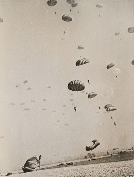 Robert Capa: Alliierte Soldaten füllen den Himmel. Bei Wesel, Deutschland, 24. März 1945Silbergelatinepapier, SKD, Kupferstich-Kabinett © Robert Capa / International Center of Photography, Magnum Photos
