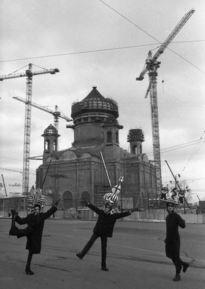 Sergei Borisov. Dance in front of construction site, 1996