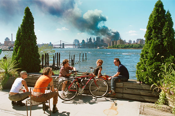 © Thomas Hoepker/Magnum Photos: View  of Manhattan from Williamsburg, Brooklyn, 11. September 2001, Courtesy Johanna Breede PHOTOKUNST