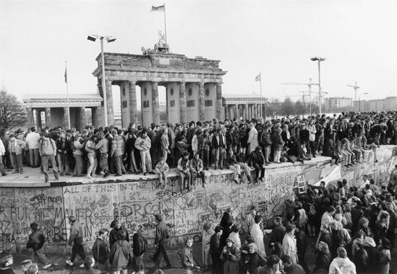 Barbara Klemm: Fall der Mauer, Berlin 10.11.1989 © Barbara Klemm