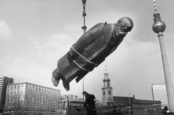 Sibylle Bergemann: Das Denkmal, The Monument, 1975–1986© Sibylle Bergemann / OSTKREUZ