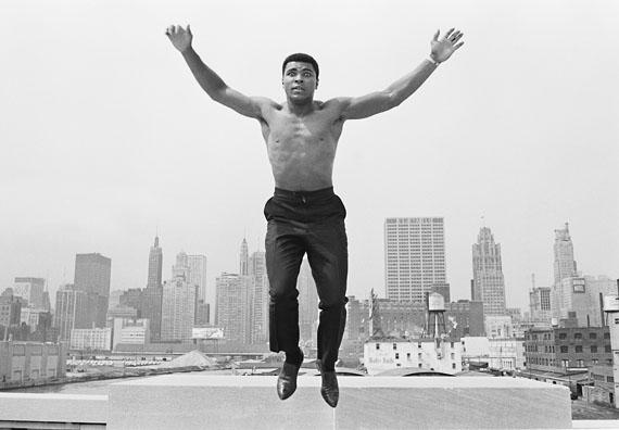 Thomas Hoepker, Ali jumping from bridge over Chicago River, 1963© Thomas Hoepker / Magnum Photos
