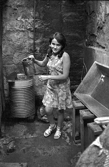 José Giribás: Junge Frau in der Waschecke, Santiago, Chile am 15.07.1968
