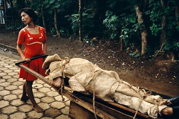 Monimbo woman carrying her dead husband home to be buried in their backyard. Masaya, Nicaragua, 1979© Susan Meiselas/Magnum Photos