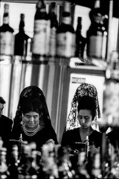 Robert Lebeck: In einer Bar, Sevilla, Spanien 1964 © Archiv Robert Lebeck