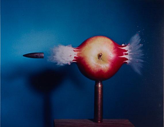 Harold EdgertonShooting the Apple, 1964Vintage, Dye Transfer Print35,8 x 47,8 cm© Gallery Kayafas, Boston