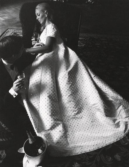 F.C. Gundlach: Karin Mossberg und Karl Fehrmann, Abendkleid von Nina Ricci, Paris 1966