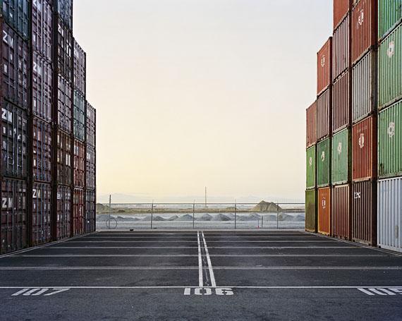 Edward Burtynsky: Container Ports #16 Delta Port, Vancouver, Brit. Columbia, Canada, 2001, 69 x 86 cm © Edward Burtynsky