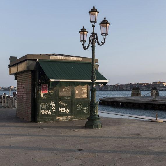 FONDAMENTA ZATTERE AL PONTE LONGO (Venice), 2015© Charles Johnstone / Courtesy Jörg Maaß Kunsthandel