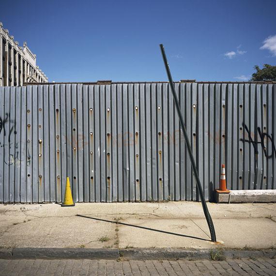 VERONA STREET & IMLAY STREET, RED HOOK (Brooklyn Corrugated Iron Fences), 2013© Charles Johnstone / Courtesy Jörg Maaß Kunsthandel