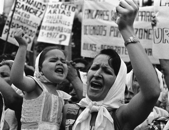 """Adriana Lestido: """"Mutter und Tochter auf der Plaza de Mayo"""", 1982"""