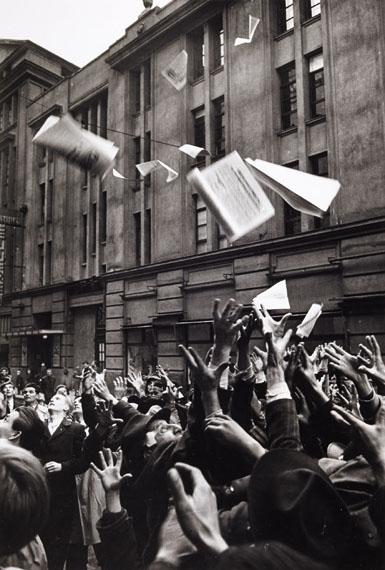 """Erich Lessing: Menschen versuchen die erste Ausgabe der Zeitung """"Népszabadság"""" (Freiheit des Volkes) zu ergattern, Budapest 2. November 1956 © Erich Lessing"""