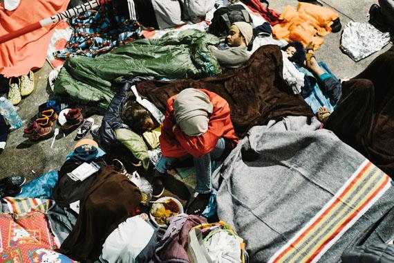Florian RainerEine junge Frau schläft inmitten ihrer Familie unter dem Flugdach in der Erstaufnahmestelle in Nickelsdorf, Herbst 2015 © Florian Rainer