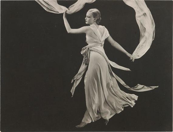 George Hoyningen-Huene: o.T. (Miss Sonia, Kleid von Madeleine Vionnet), 1931© Horst; Estate George Hoyningen-Huené