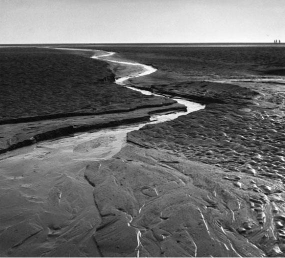 Alfred Ehrhardt: Ein Priel im Watt, 1933-1936, Gelatinesilberabzug © bpk / Alfred Ehrhardt Stiftung