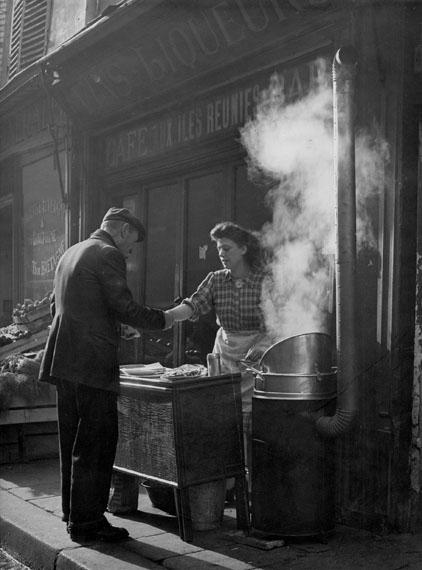 Marchande de frites, Paris, 1952© Sabine Weiss