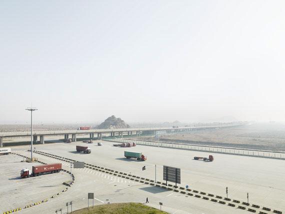 """Henrik Spohker: """"Zufahrt zum Containerterminal, Insel Yangshan, China"""" aus der Serie """"In Between"""""""