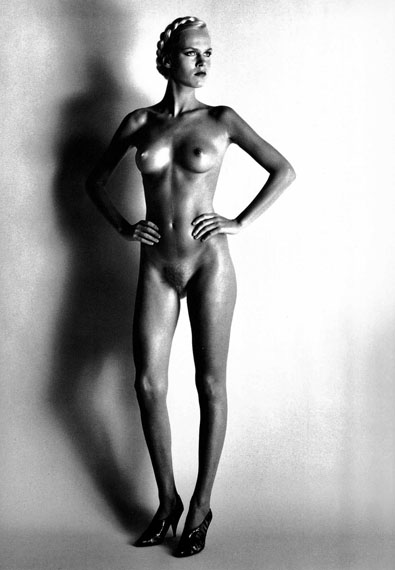 Helmut Newton: Big Nude I, Paris, 1980, Vintage gelatin silver print, 40 x 30 cm, signed© Estate of Helmut Newton, courtesy galerie SAGE Paris