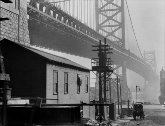E.O. Hoppé: Bridge and Carriage, Philadelphia, USA, 1926© 2017 Curatorial Assistance, Inc. / E.O. Hoppé Estate Collection