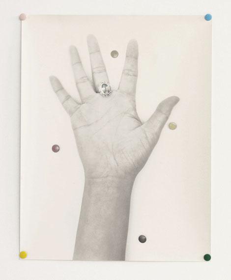 Petra KaltenmorgenOhne Titel (Hand), 2005s/w-Barytabzug/handkoloriert, Reißzwecken34,5 x 26,5 cm