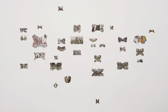 Petra KaltenmorgenLook and See, 2008/2016angeflammte Zeitungsfotos, Installationca. 200 x 300 cm