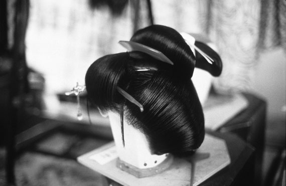 © Nomi Baumgartl Geisha House, Backstage, Wig, Kyoto 1992