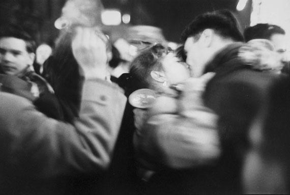 Saul LeiterKiss, 1952Silver gelatin print20 x 30 cm© Saul Leiter