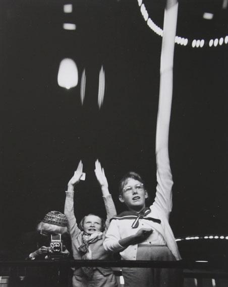 Imogen CunninghamSelf Portrait with Grandchildren in S.F. Funhouse, 1955Silver gelatin print17,8 x 22,2 cm© Estate Imogen Cunningham