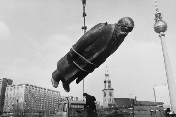 Sibylle Bergemann: Das Denkmal, Berlin, Februar 1986© Nachlass Sibylle Bergemann; Ostkreuz / Courtesy Kicken Berlin and Loock Galerie