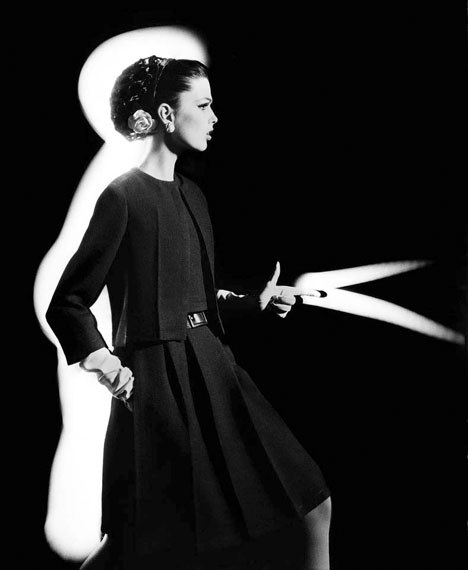 Dorothy + light gun, Paris 1962 © William Klein