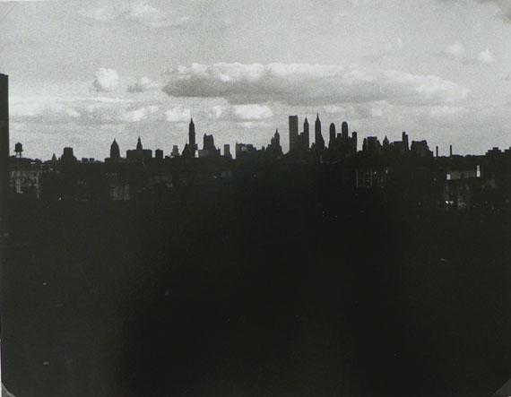 Walker Evans: New York Skyline, 1930-34Gelatin silver print, circa 1963-65Image size : 15,5 x 20 cm / Frame : 30,5 x 35 cmCourtesy of Christophe Lunn / Lunn Galerie