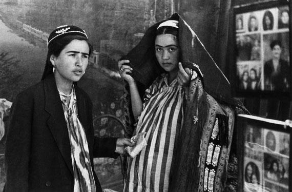 Ella MaillardChez le photographeTaschkent, Ouzbékistan, 1932