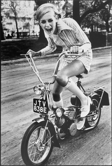 Ronald Traeger, Twiggy (on bicycle) Young idea Vogue, © Ronald Traeger