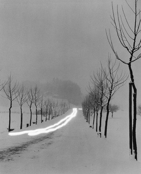 Peter Keetman: Winterliche Straße in der Dämmerung, Bernau 1956 © Nachlass Peter Keetman / Stiftung F.C. Gundlach